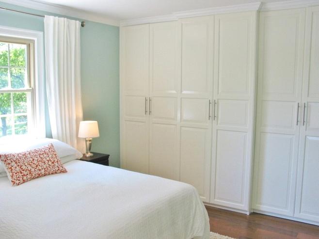 白色极简衣柜效果图,搭配银白色的衣柜门把手,增添了时尚的气息